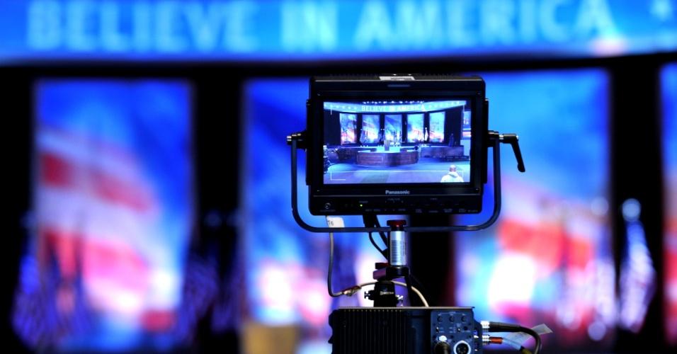 5.nov.2012 - Palco para o evento da noite de eleição do candidato republicano Mitt Romney é montado no Boston Convention & Exposition Center, em Boston, Massachusetts, Estado onde Romney foi governador antes de se candidatar à presidência