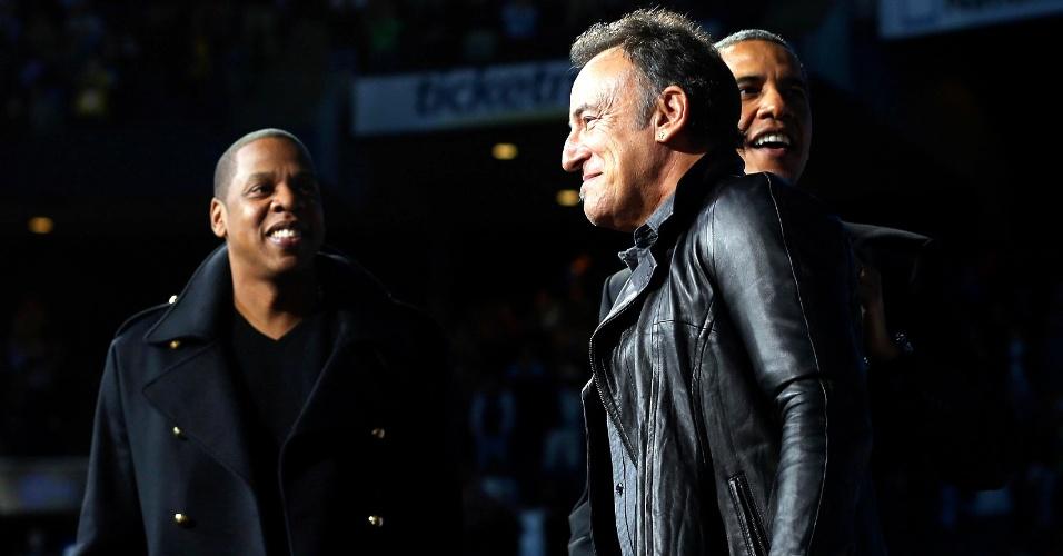 5.nov.2012 - Presidente Barack Obama, à direita, é acompanhado pelo rapper Jay-Z, à esquerda, e o cantor Bruce Springsteen, ao centro, em comício de campanha em Columbus, Ohio - um dos sete Estados-chave onde a eleição presidencial de 2012 deverá ser decidida