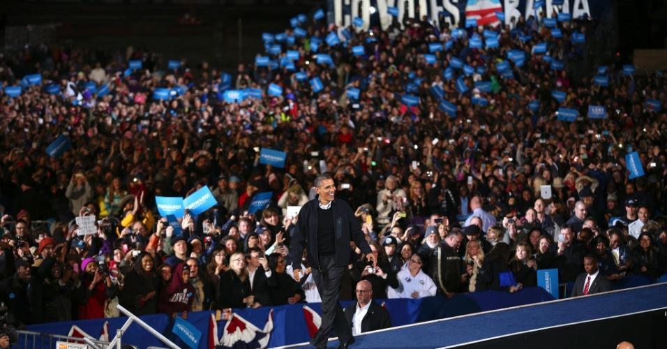 5.nov.2012 - Presidente Barack Obama se dirige ao palco em evento de campanha realizado em uma faculdade de Aurora, Colorado, neste domingo (4). Além de Colorado, Obama ainda passou por New Hampshire, Flórida e Ohio, Estados onde a corrida presidencial segue indefinida