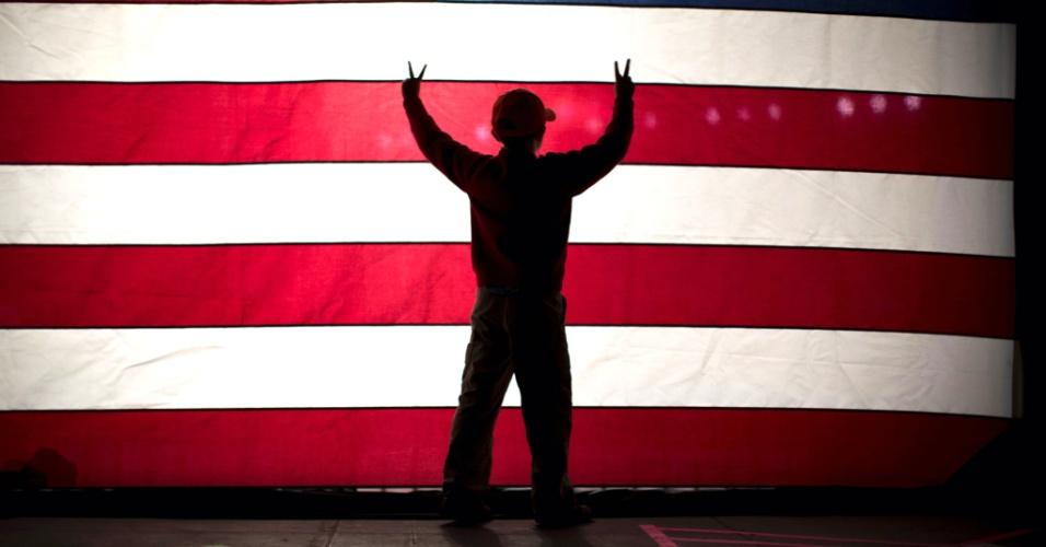 5.nov,2012 - Sam Ryan, filho do candidato republicano à vice-presidência dos EUA, Paul Ryan, se diverte em palco de comício no aeroporto internacional de Reno, Nevada. Nesta terça-feira acontecem as eleições no país