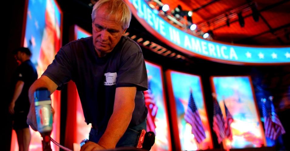 5.nov.2012 - Trabalhador monta o palco para o evento da noite de eleição do candidato republicano Mitt Romney no Boston Convention & Exposition Center, em Boston, Massachusetts, Estado onde Romney foi governador antes de se candidatar à presidência