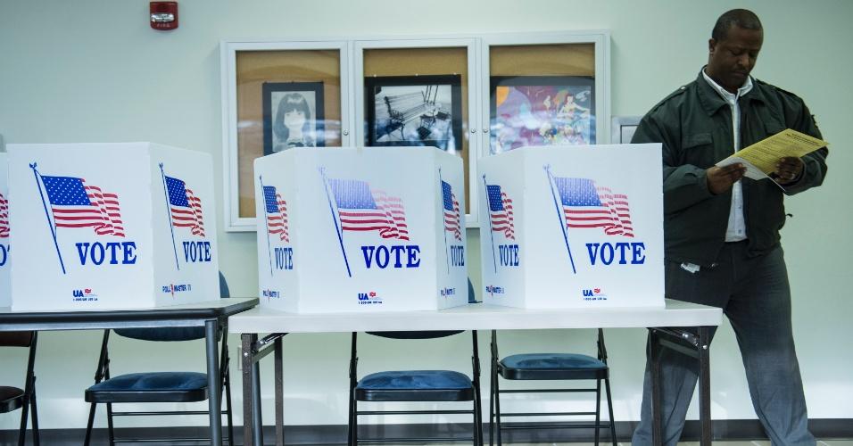 5.nov.2012 - Eleitor se afasta da cabine após preencher a cédula durante o último dia da votação antecipada, em Lancaster, Ohio