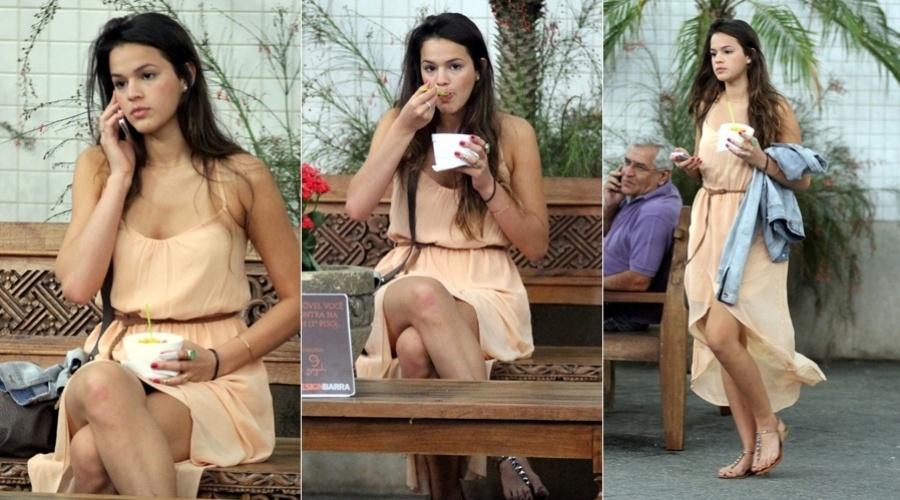 Bruna Marquezine passeou por um shopping da zona oeste do Rio (5/11/12). Sozinha, a atriz que interpreta a periguete Lurdinha, em