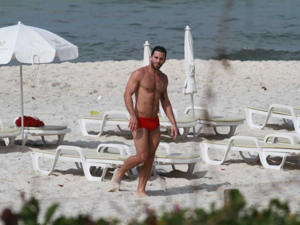 Henri Castelli caminha na praia da Barra da Tijuca, no Rio de Janeiro (5/11/12)