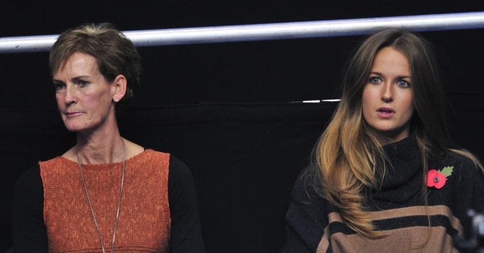 Mãe de Andy Murray, Judy (e) acompanha a estreia do filho ao lado da namorada do tenista, Kim Sears (05/11/2012)