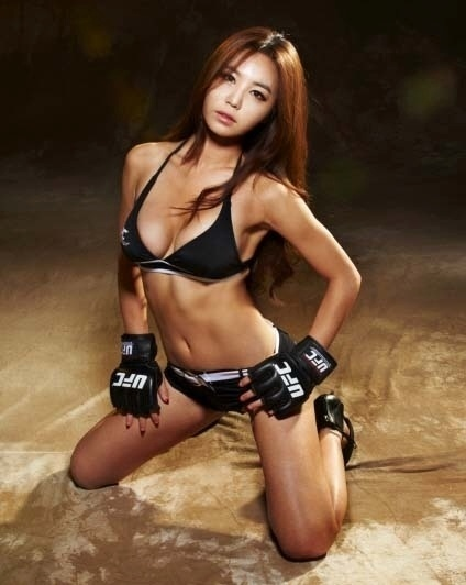 Primeira sul-coreana a ser convidada para levar as plaquinhas do UFC, Kang Ye-Bin ser ring girl no UFC China