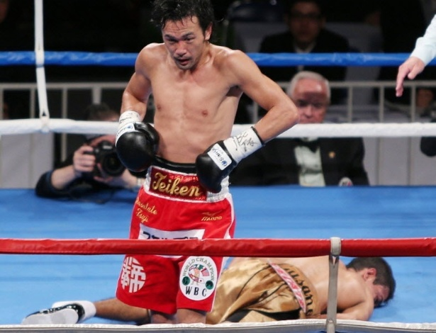 Tomas Roja fica na lona aps ser nocauteado por Shinsuke Yamanaka
