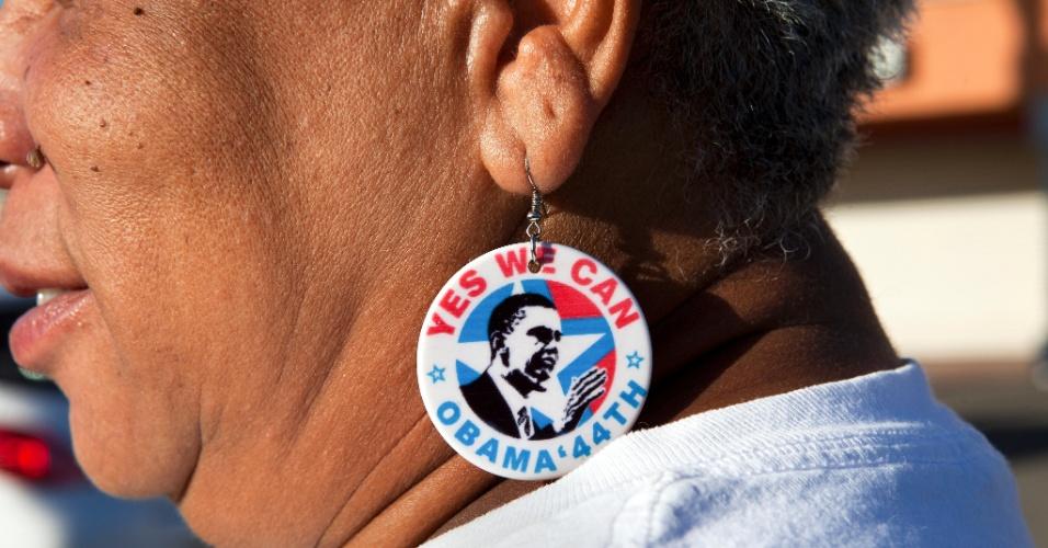 6.nov.2012 - A eleitora Gwendolyn Becks, de Compton, Califórnia (EUA), utiliza brinco em homenagem ao presidente dos Estados Unidos e candidato à reeleição, Barack Obama