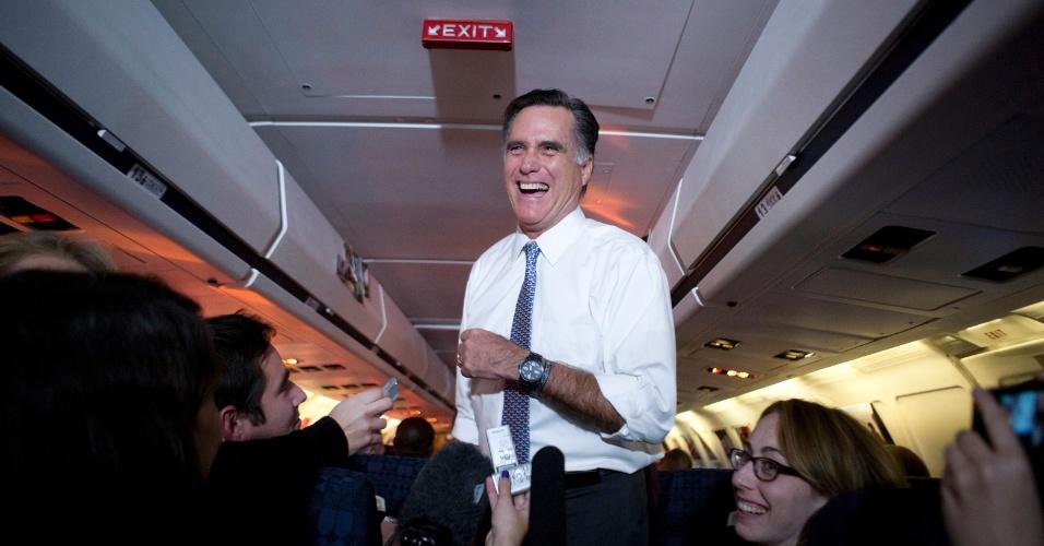 6.nov.2012 - Candidato republicano discursa para jornalistas em seu último voo em campanha presidencial, rumo a Boston, onde o palco para seu discurso final, vitorioso ou não, está preparado. Romney diz que sua campanha teve erros, mesmo que isso seja uma característica humana, mas que o time