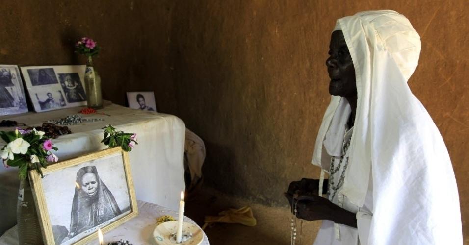 6.nov.2012 - Clementina Auma Ojwang, líder de grupo religioso, faz orações para Barack Obama no vilarejo de Kogelo (Quênia), onde o pai do presidente norte-americano foi criado