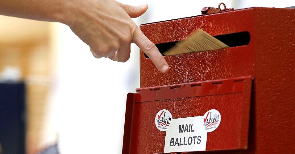 6.nov.2012 - Eleitor deposita voto em uma urna postal em Denver, Colorado, um dos decisivos para a eleição de Barack Obama ou Mitt Romney