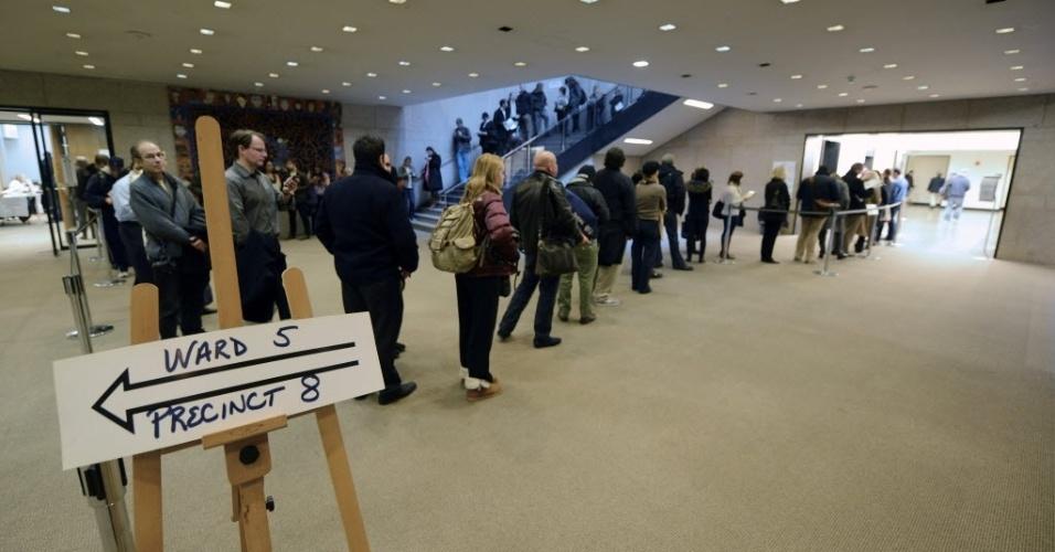 6.nov.2012 - Eleitores fazem fila para votar em blibioteca pública de Boston, Massachusetts (EUA), durante as eleições norte-americanas. A disputa entre o atual presidente dos EUA e candidato à reeleição, Barack Obama, e o republicano Mitt Romney está bastante acirrada
