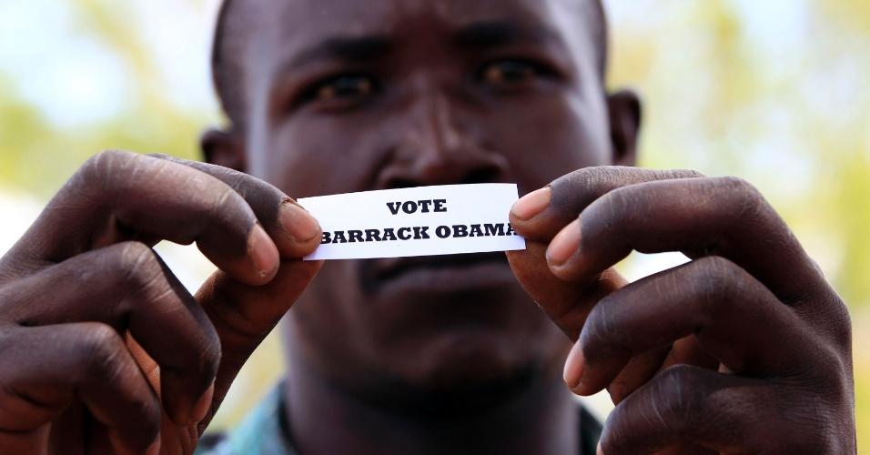 6.nov.2012 - Homem mostra voto simulado para o presidente norte-americano, Barack Obama, em Nyangoma Kobelo (430 km a oeste de Nairóbi), no Quênia, nesta terça-feira, dia da eleição presidencial nos Estados Unidos. O pai de Obama é de origem queniana