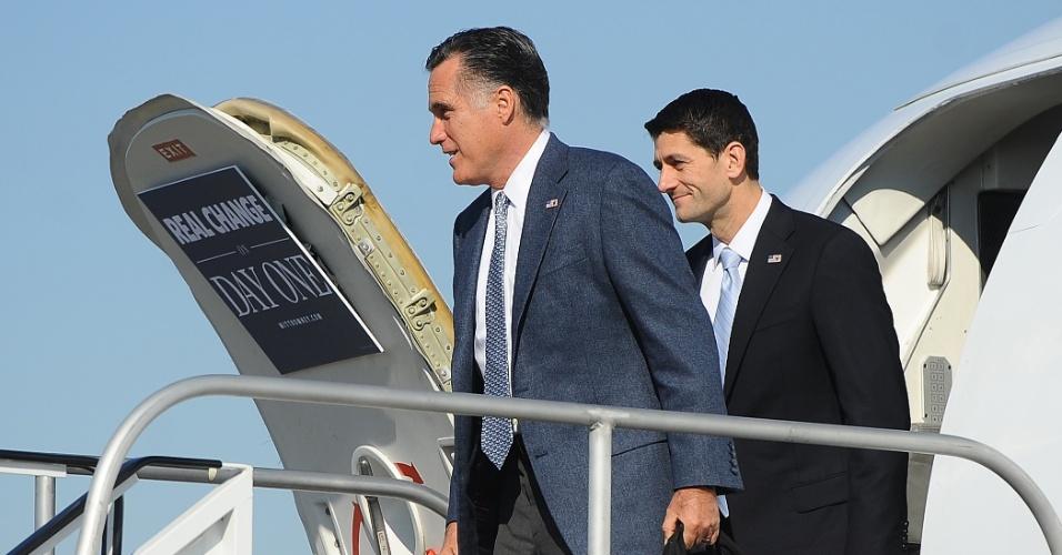 6.nov.2012 - O candidato republicano a presidência dos Estados Unidos, Mitt Romney (a frente), e seu vice, Paul Ryan, chegam para fazer campanha em Cleveland, no estado de Ohio (EUA), nesta terça-feira, dia da eleição presidencial nos Estados Unidos. Antes, Romney votou em Massachusetts (Illinois), sua cidade natal, ao lado da mulher Ann Romney