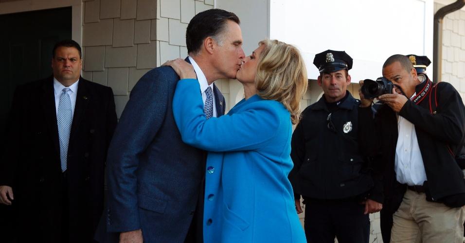 6.nov.2012 - O candidato republicano à Presidência dos Estados Unidos, Mitt Romney, beija sua Mulher, Ann Romney, depois de votar em seção eleitoral em Belmont, em Massachusetts (EUA), nesta terça-feira (6). Quando perguntado sobre em quem havia votado, Romney disse: