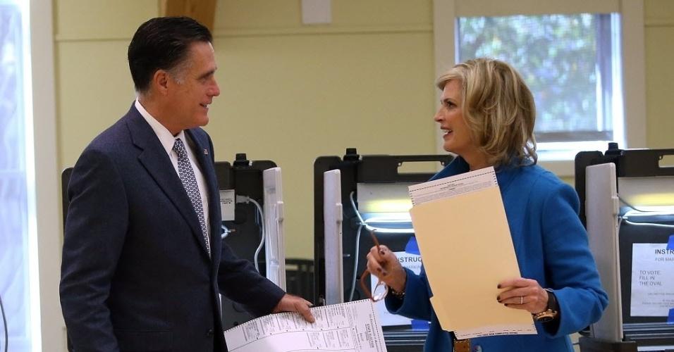 6.nov.2012 - O candidato republicano à Presidência dos Estados Unidos, Mitt Romney, e sua mulher, Ann Romney, conversam após votarem em Belmont, Massachusetts (EUA), nesta terça-feira (6)