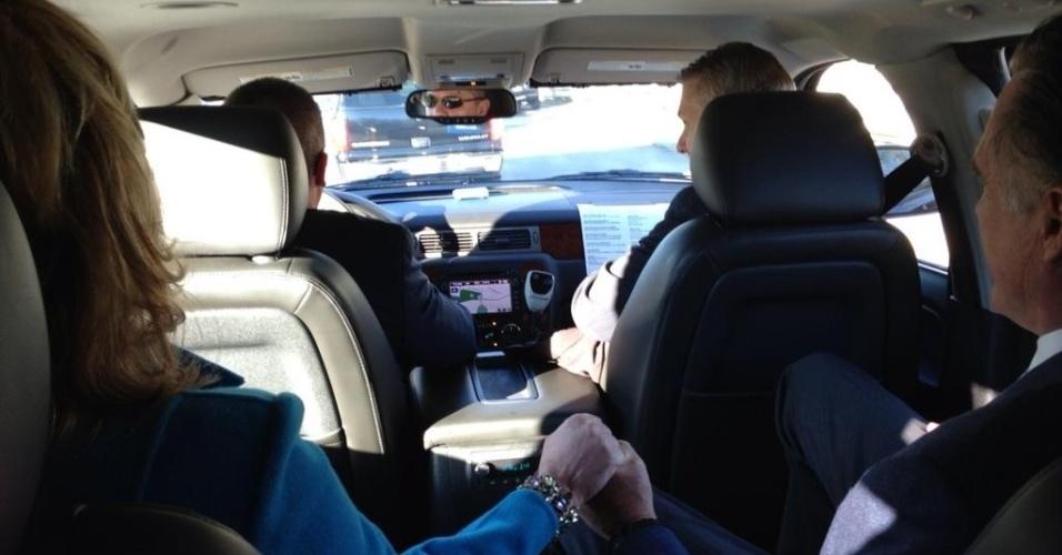 6.nov.2012 - O candidato republicano à Presidência dos Estados Unidos, Mitt Romney, segura a mão da mulher, Ann Romney, dentro de seu carro, a caminho da votação em Massachussets, nesta terça-feira, dia da eleição presidencial nos Estados Unidos