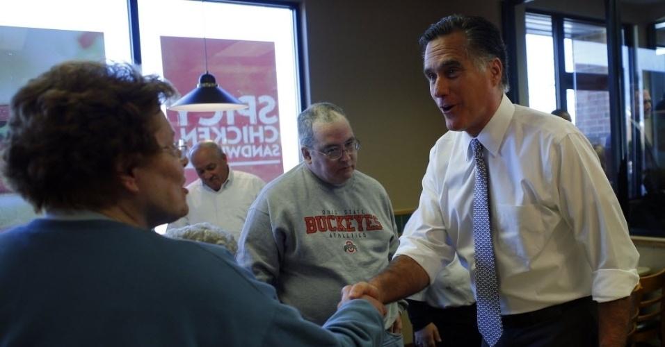 6.nov.2012 - O candidato republicano Mitt Romney cumprimenta eleitores no restaurante Wenddy, em Richmond Heights, Ohio (EUA). Após registrar seu voto, Romney disse que se sentia