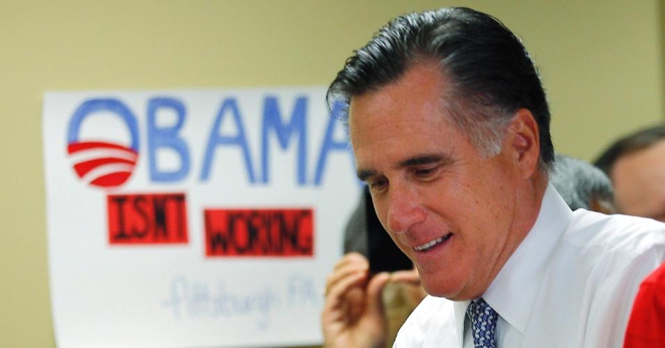 6.nov.2012 - O candidato republicano, Mitt Romney, passa diante de um cartaz com a frase