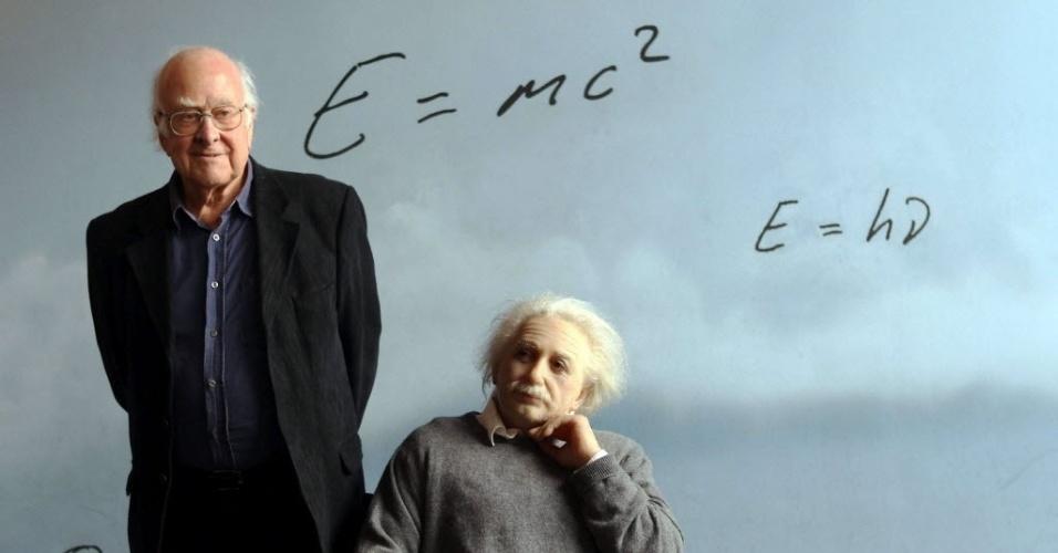 6.nov.2012 - O físico Peter Higgs, autor da teoria do bóson de Higgs, posa para os fotógrafos ao lado de estátua de Albert Einstein, em Barcelona, na Espanha, nesta terça-feira (6).