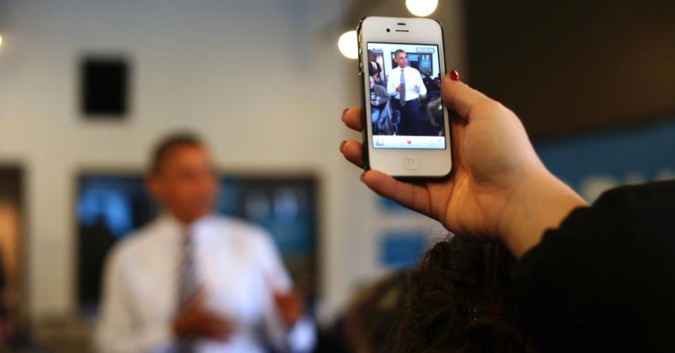 6.nov.2012 - O presidente Barack Obama visita um escritório de campanha em Chicago, Illinois, seu berço eleitoral, onde é fotografado por um apoiador