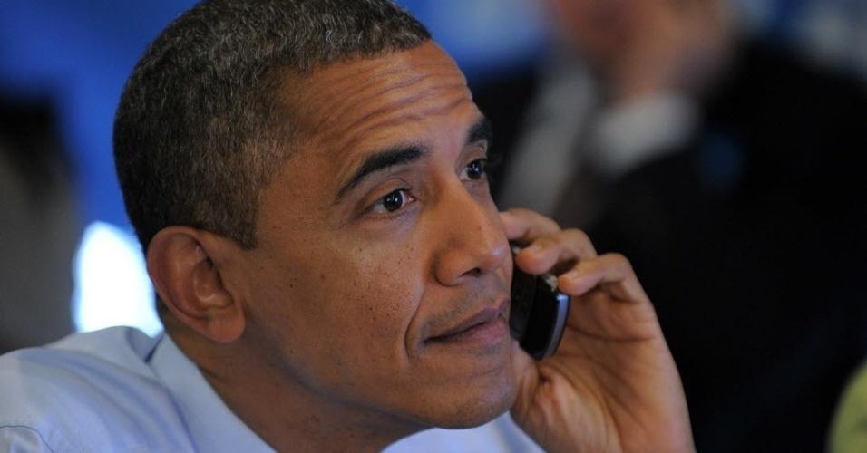 6.nov.2012 - O presidente norte-americano Barack Obama fala ao telefone no escritório de campanha em Chicago, Illinois (EUA). Em uma rápida entrevista ao programa de rádio