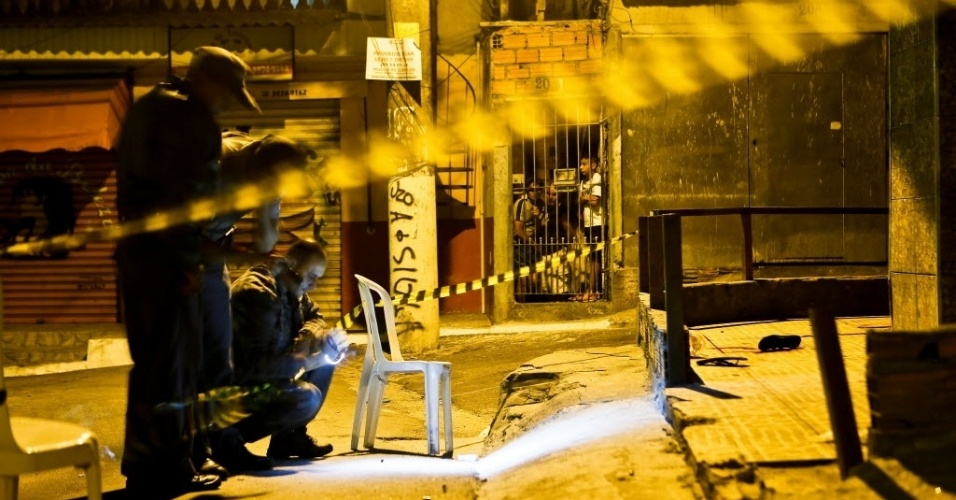 6.nov.2012 - Peritos examinam local onde quatro pessoas foram baleadas na rua Alberto Buriti, no Jardim Carombe, na zona norte de São Paulo (SP). Três não resistiram aos ferimentos e morreram