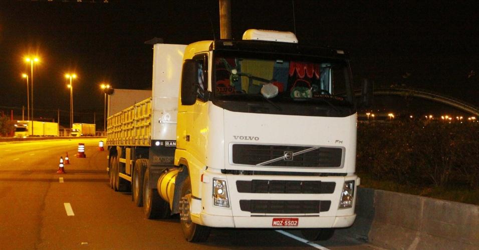6.nov.2012 - Policiais militares conseguiram recuperar caminhão roubado após perseguição e tiroteio na marginal Tietê, nas proximidades da ponte Vila Guilherme, em São Paulo (SP)