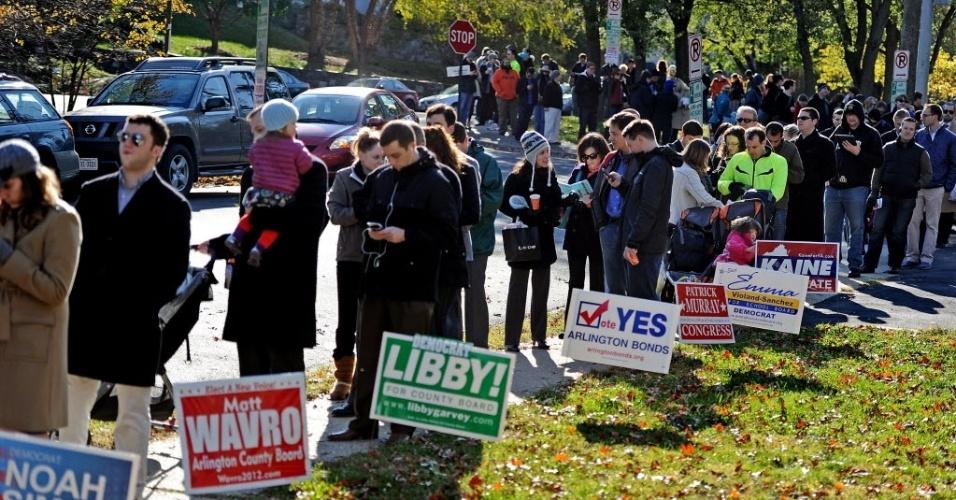 6.nov.2012 - População faz fila para votar em Arlington, Virgínia (EUA), nesta terça-feira (6), durante as eleições presidenciais norte-americanas. O pleito entre o republicano Mitt Romney e o atual presidente dos EUA e candidato à reeleição, Barack Obama, é um dos mais disputados dos últimos anos