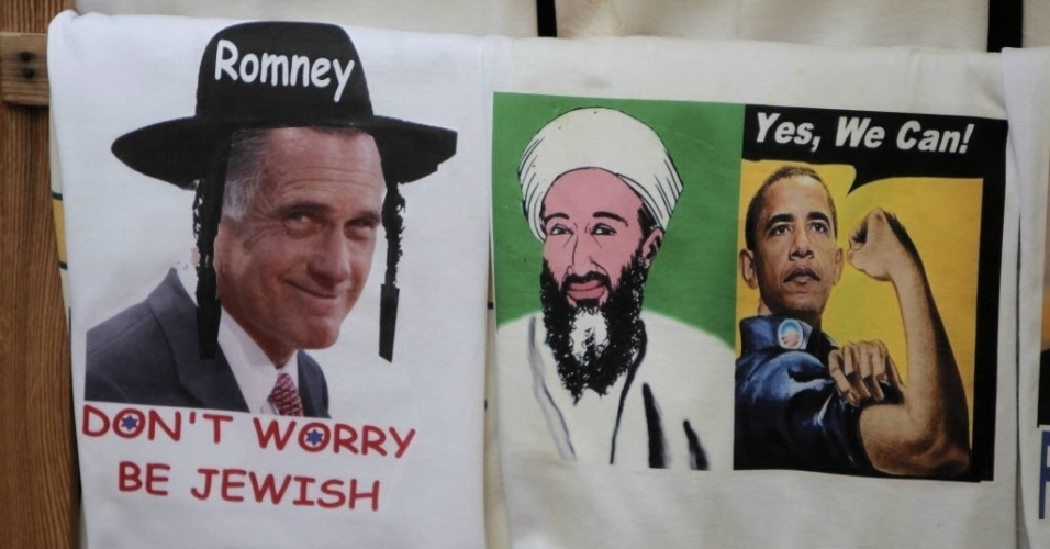 6.nov.2012 - Souvenires trazem o republicano Mitt Romney como judeu ortodoxo (esq.), bem como, Osama bin Laden (centro), morto em maio do ano passado, além da imagem do presidente Barack Obama, em uma loja de Jerusalém (Israel). A morte de Bin Laden, que foi consequência de uma ação militar autorizada pela Casa Branca, é considerada uma vitória para a gestão de Obama. Nesta terça-feira (6), milhões de norte-americanos registram seus votos nas eleições presidenciais de 2012
