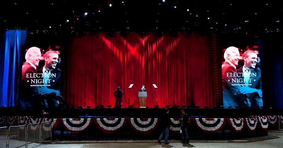 6.nov.2012 - Trabalhadores preparam últimos detalhes para o palco do evento da noite de eleição do candidato democrata Barack Obama. O evento será realizado no berço político do presidente norte-americano, Chicago, no norte dos EUA