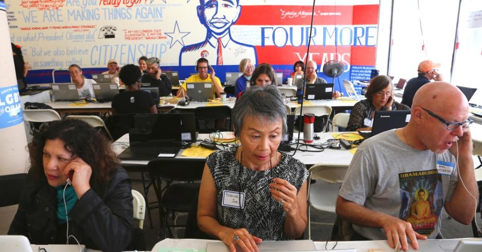6.nov.2012 - Voluntários de campanha de Barack Obama ligam para eleitores pedindo que votem, em um comitê em San Francisco, Califórnia. O atual presidente norte-americano possui boa vantagem no Estado com a maior quantidade de delegados, 55