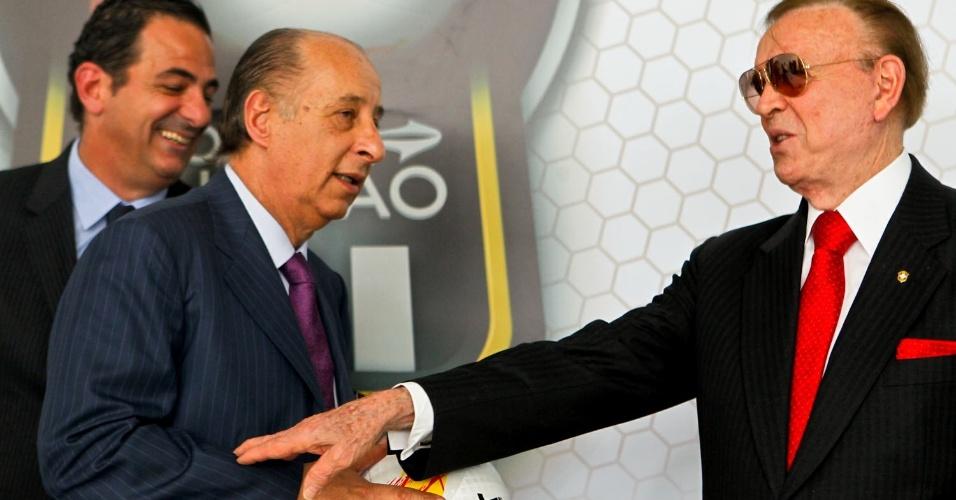 José Maria Marín e Marco Polo del Nero com a bola do Paulista 2013, que custará R$ 299,99 ao público