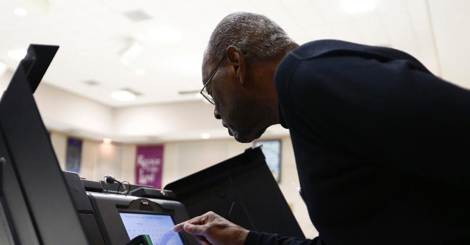 6.nov.2012 - Bill Partlow, coordenador de seção eleitoral em Pineville, na Carolina do Norte (EUA), desbloqueia urna eletrônica antes do começo da votação no Estado nesta terça-feira, dia de eleição presidencial nos Estados Unidos