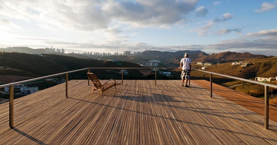 Sobre a laje do segundo bloco da casa EG, dedicado às áreas sociais, um deck de madeira ipê se projeta e oferece vistas fantásticas da região de Nova Lima, na Grande Belo Horizonte (MG). O projeto é do escritório Play Arquitetura