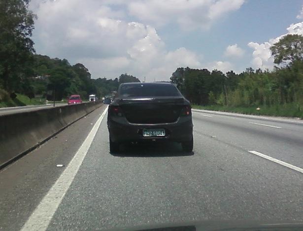 Chevrolet Onix trafega pela rodovia Fernão Dias, em São Paulo; visto de longe, o sedã parece com o hatch, já lançado