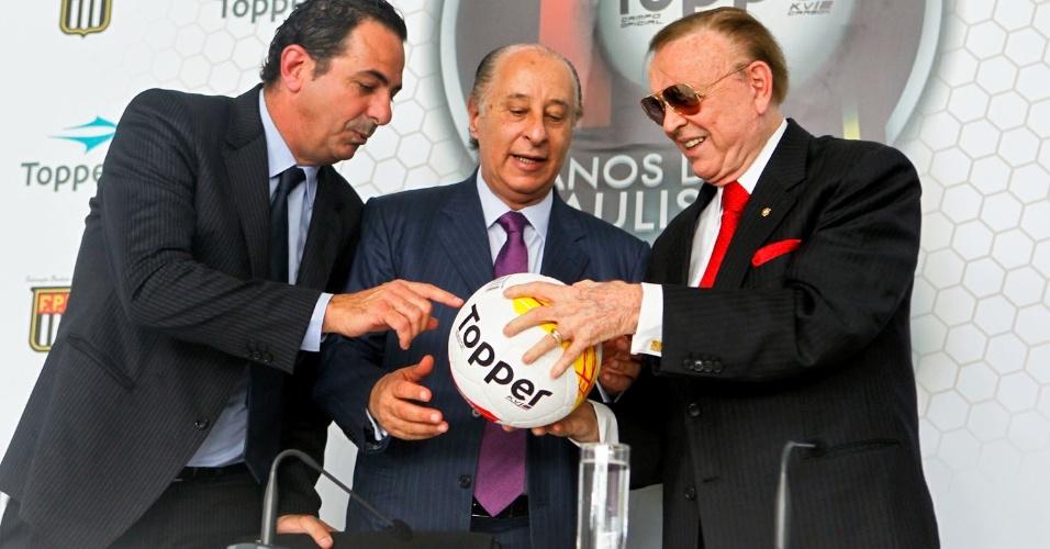 Fernando Beer, diretor artigos esportivos da Alpargatas, Marco Polo Del Nero, presidente da FPF e José Maria Marín, presidente da CBF, apresentam a bola do Paulistao de 2013