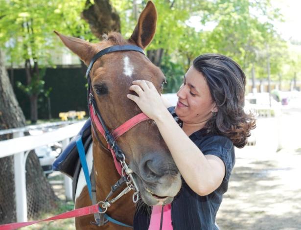 Michelle Rodrigues faz equoterapia há três meses com a égua Chuva no Jockey Clube de São Paulo