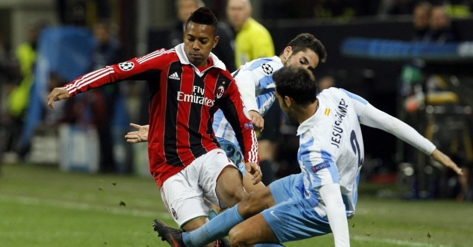06.nov.2012 - Robinho disputa bola durante o empate do Milan com o Mlaga, por 1 a 1 pela Liga dos Campees
