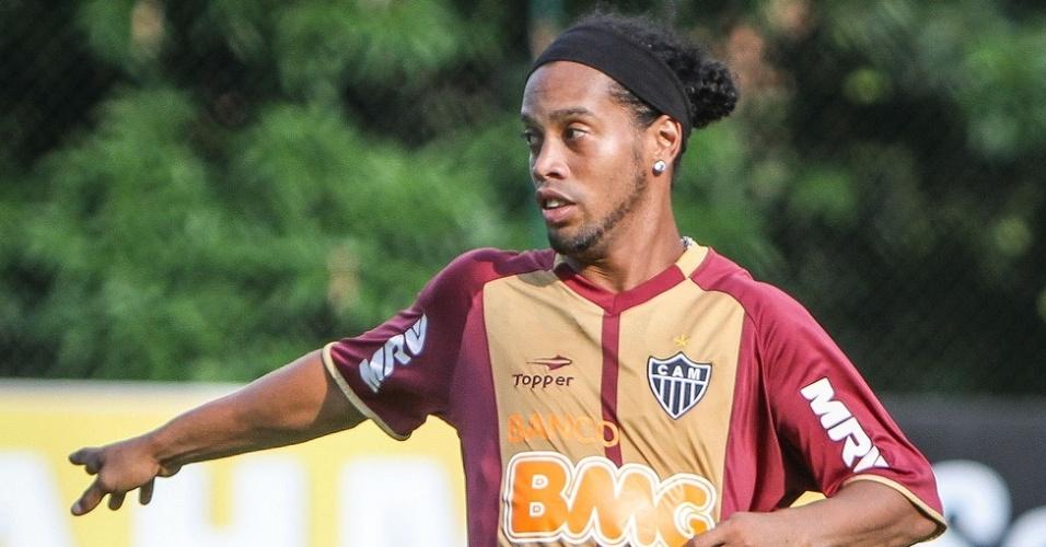 Ronaldinho Gaúcho treina com bola na Cidade do Galo, em Vespasiano (6/11/2012)