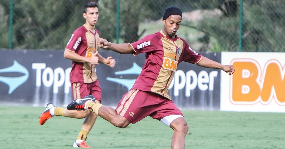 Ronaldinho gaúcho treina na Cidade do Galo, em Vespasiano (6/11/2012)