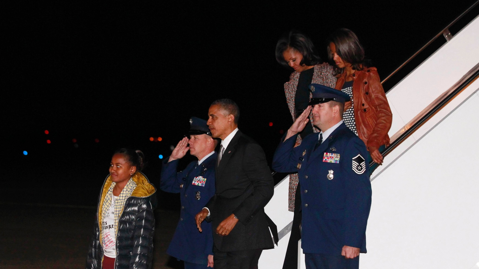 7.nov.2012 -O presidente reeleito dos Estados Unidos, Barack Obama, a primeira-dama, Michelle Obama, e as filhas do casal, Malia e Sasha chegam em Washington (EUA)