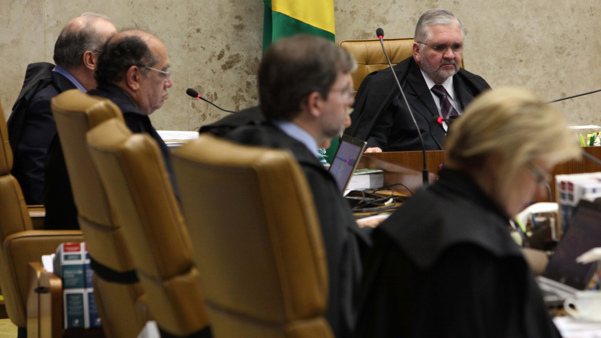 7.nov.2012 - Em destaque, o procurador-geral da Repblica, Roberto Gurgel, acompanha sesso de julgamento do mensalo no Supremo Tribunal Federal. Depois de quase duas semanas  de intervalo, o julgamento foi retomado com a concluso da votao das penas a serem aplicadas a Ramon Hollerbach, ex-scio do publicitrio Marcos Valrio