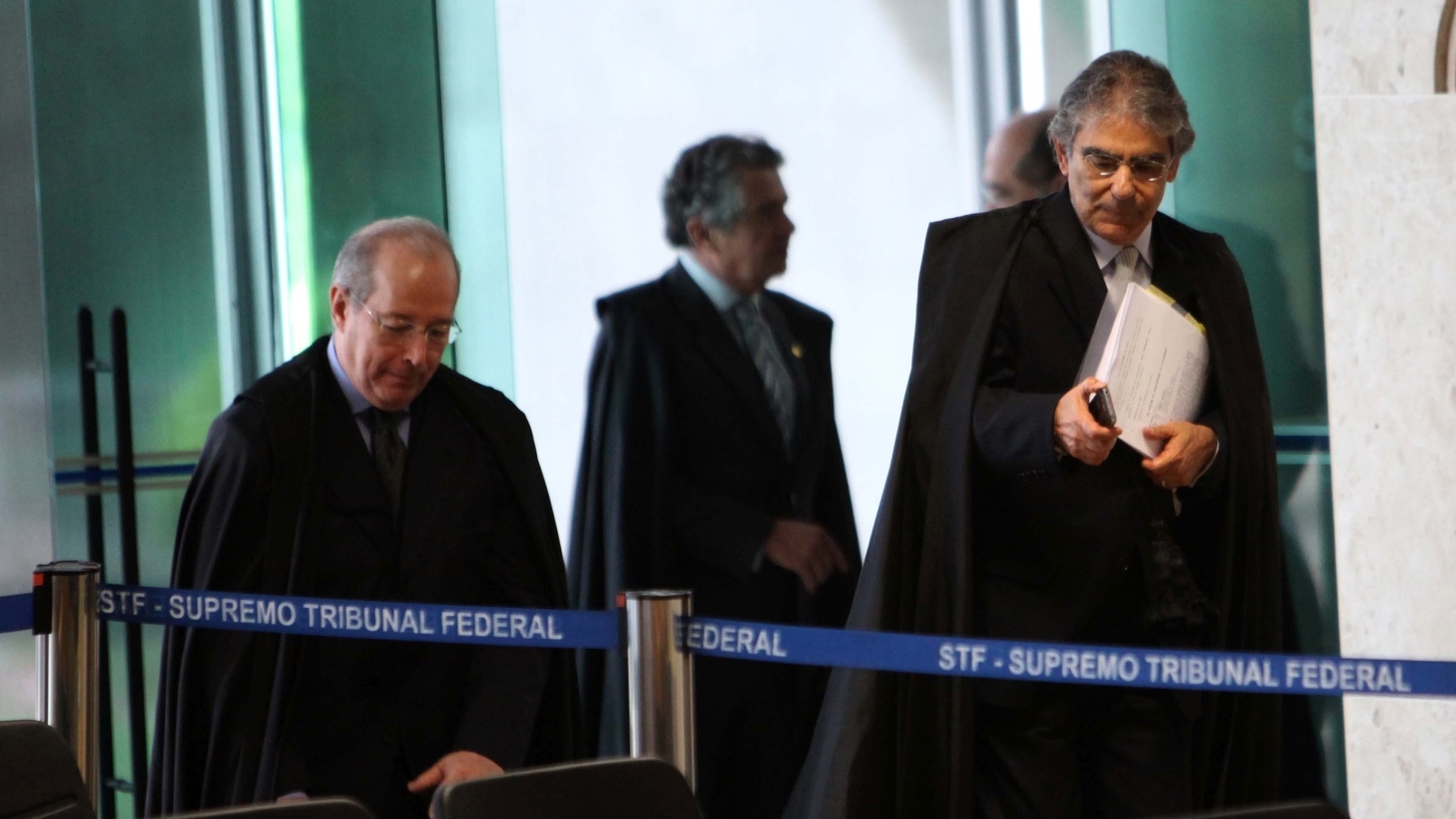 7.nov.2012 - O presidente do Supremo Tribunal Federal, o ministro Ayres Britto ( dir.), e ministro Celso de Mello fazem a primeira entrada para sesso de julgamento do mensalo no Supremo Tribunal Federal. Depois de quase duas semanas  de intervalo, o julgamento foi retomado com a concluso da votao das penas a serem aplicadas a Ramon Hollerbach, ex-scio do publicitrio Marcos Valrio