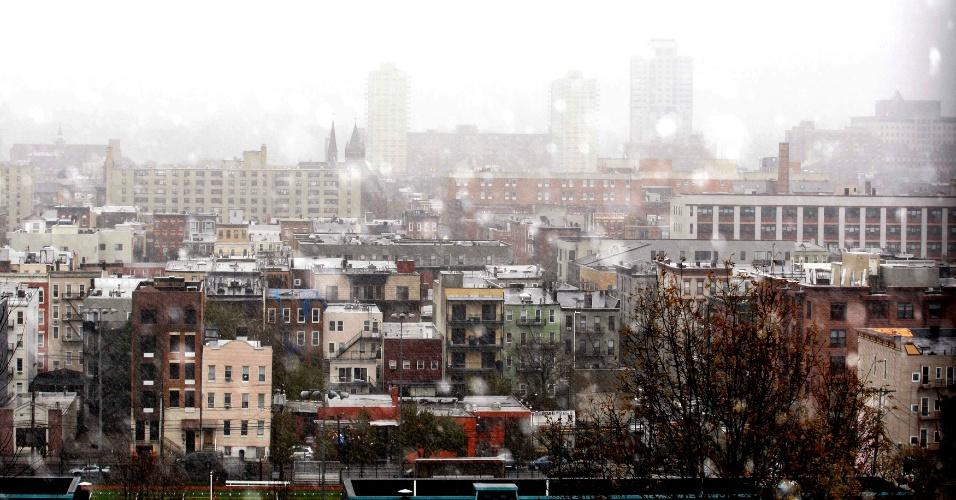 7.nov.2012 - A cidade de Hoboken, Nova Jersey, é coberta pela neve e neblina durante uma tempestade de noroeste que trouxe neve e ventos fortes para a região que recentemente foi abalada pela passagem do furacão Sandy