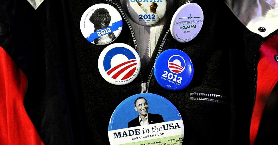 7.nov.2012 - Apoiador do presidente Barack Obama acompanha a apuração dos votos na noite de eleição em Chicago, Illinois, berço político do candidato democrata à reeleição