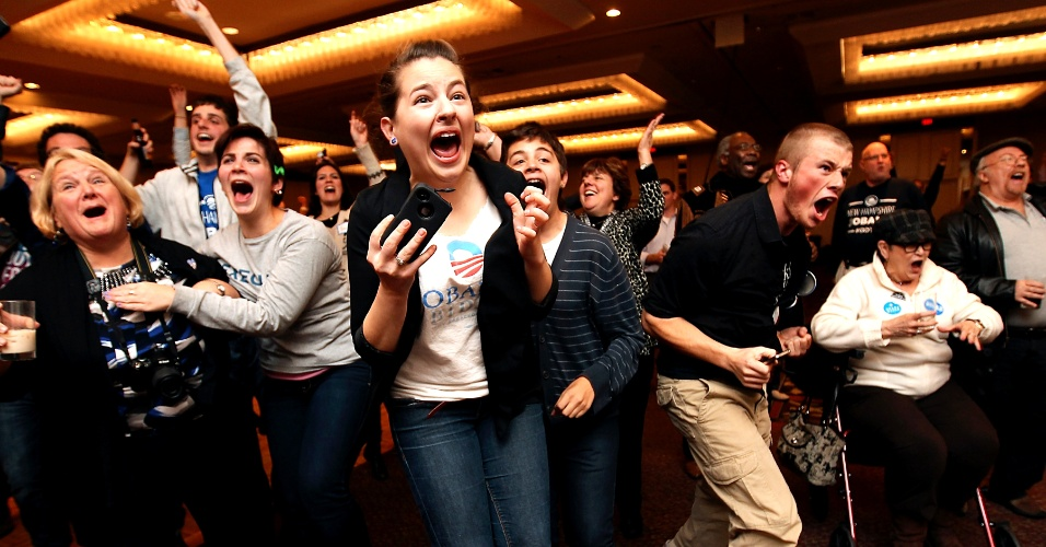 7.nov.2012 - Apoiadores de Barack Obama celebram a notícia da vitória do candidato democrata em New Hampshire, na cidade de Manchester. Com grande parte dos Estados-chave definidos, Obama comemora em rede social a reeleição