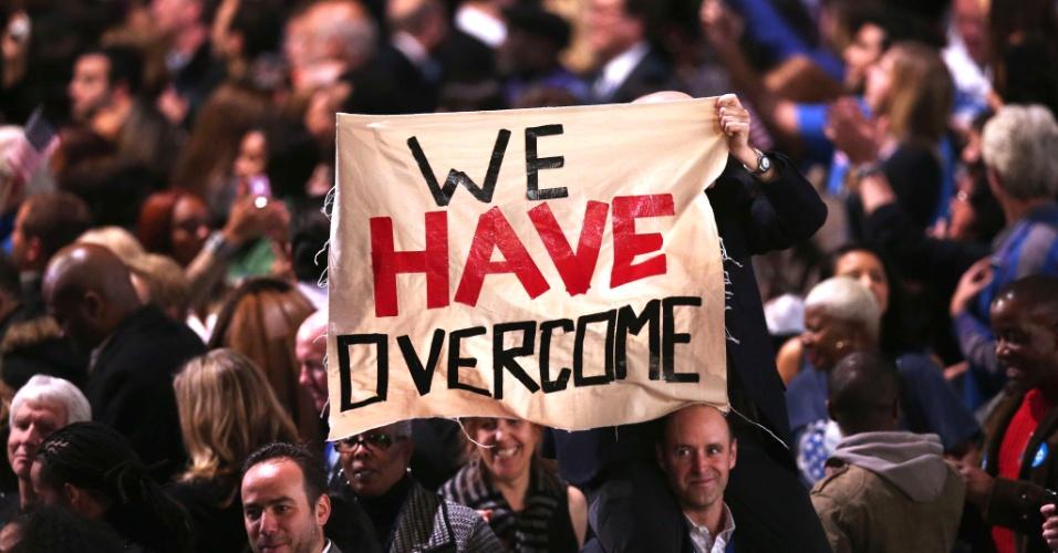7.nov.2012 - Apoiadores do presidente dos EUA comemoram a confirmação da reeleição do democrata em Chicago, Illinois, onde ele irá, em breve, realizar um discurso de agradecimento