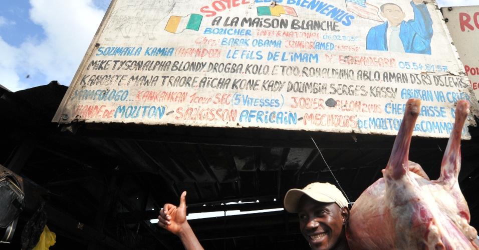 7.nov.2012 - Dono de açougue em Abidjan, na Costa do Marfim, mostra desenho de Barack Obama, reeleito presidente dos Estados Unidos, em seu estabelecimento chamado