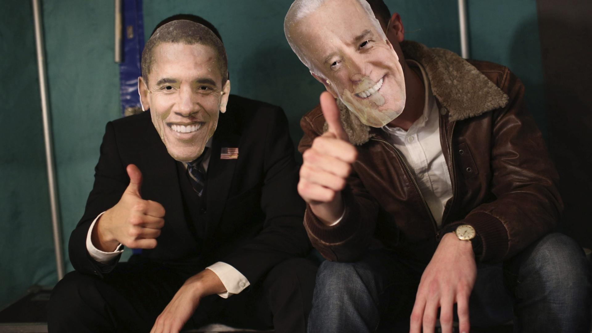 7.nov.2012 - Homens posam com máscaras do presidente e vice-presidente reeleitos dos Estados Unidos, Barack Obama e Joe Biden, em festa em Berlim, na Alemanha. Os democratas venceram os candidatos republicanos Mitt Romney e Paul Ryan nesta quarta-feira